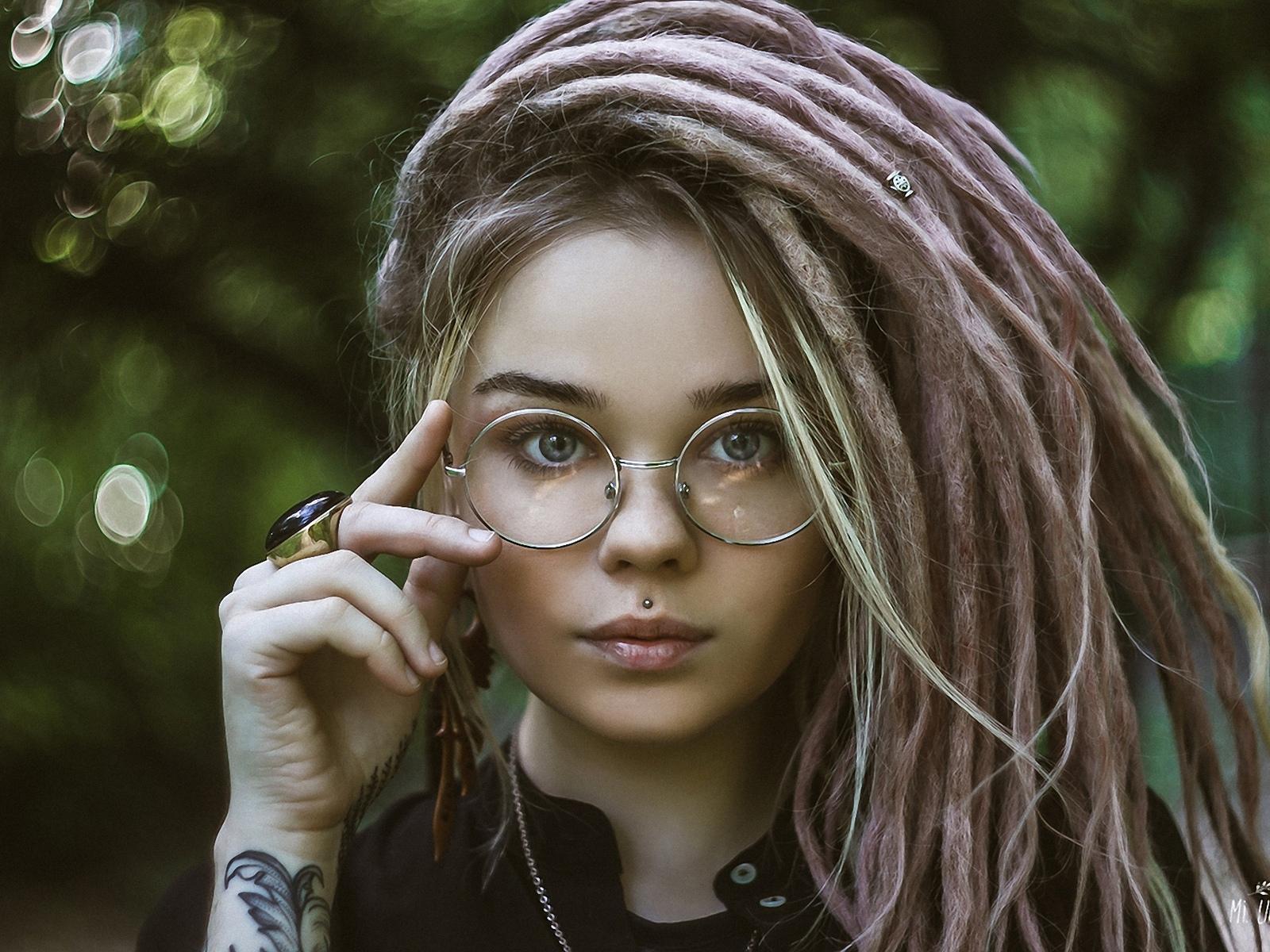 девушка искусственные дреды